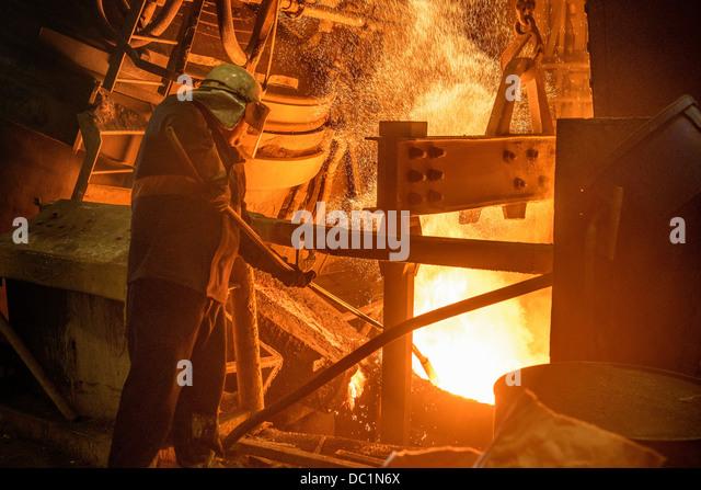 Stahlarbeiter blickte auf Ofen in Stahlgießerei Stockbild