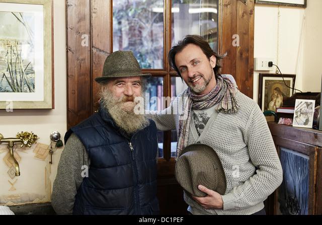 Senior und Mitte erwachsenen Mannes in Antiquitätengeschäft, Porträt Stockbild