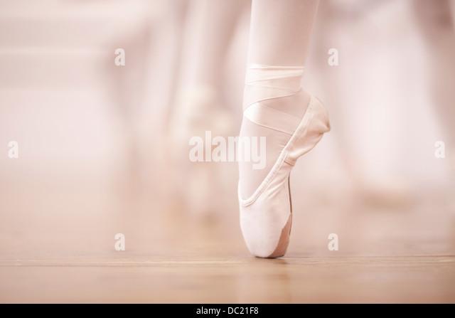 Detail der Ballerinas Beine im Tanzstudio Stockbild