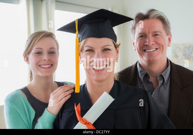 Mutter trägt Quaste mit Tochter und Schwiegersohn Stockbild
