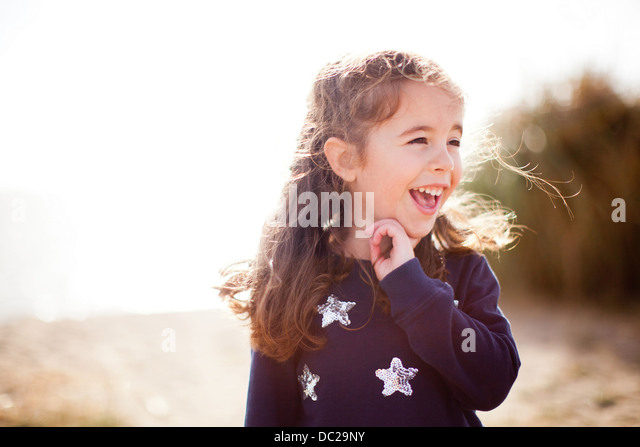 Porträt eines Mädchens wegsehen, lachen Stockbild