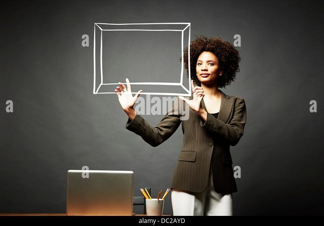 Frau hält einen Bilderrahmen Stockbild