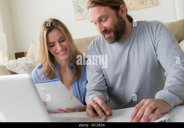 Mann und Frau Blick auf Brief Stockbild