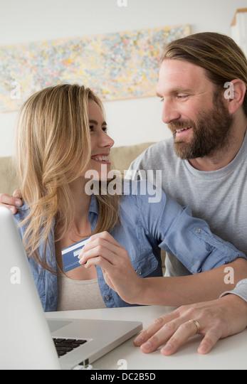 Frau mit Kreditkarte sucht Mann Stockbild