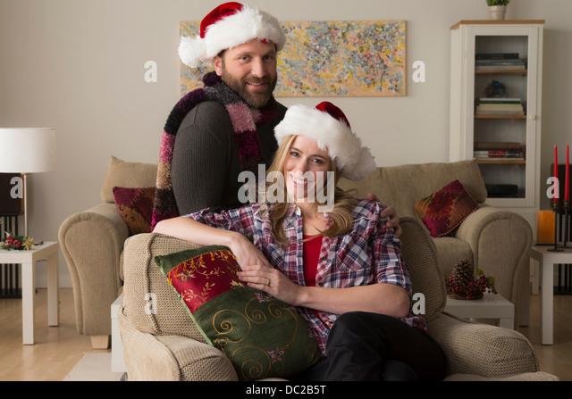 Mann und Frau in Nikolausmütze Blick in die Kamera Stockbild