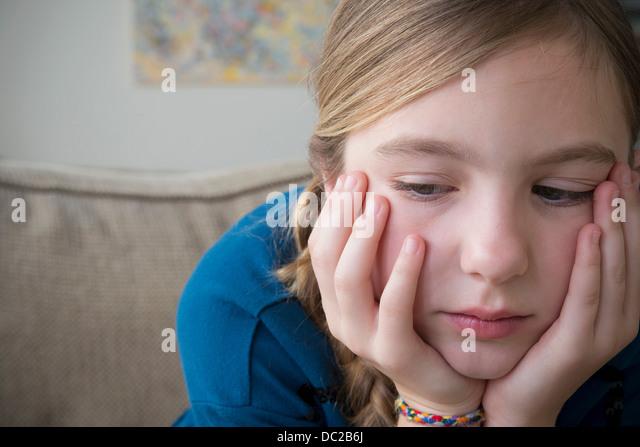Mädchen mit den Händen auf Gesicht blickte Stockbild