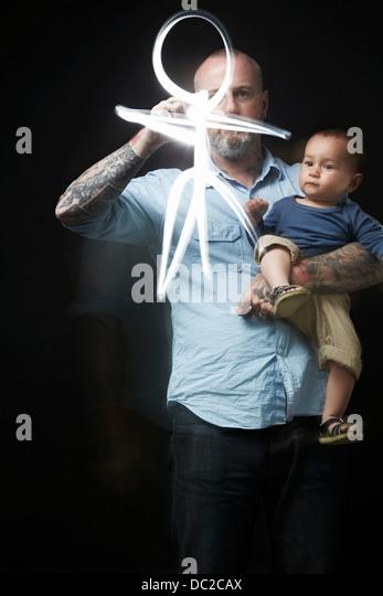 Menschen zeichnen, Baby im Arm zu unterhalten Stockbild