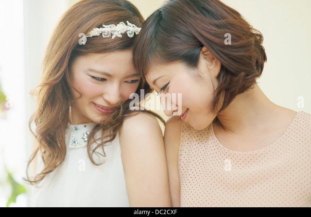 Zwei Frauen kuschelte Stirn Stockbild