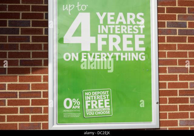 Vier Jahre zinslosen Kredit anmelden Shop Wand Stockbild