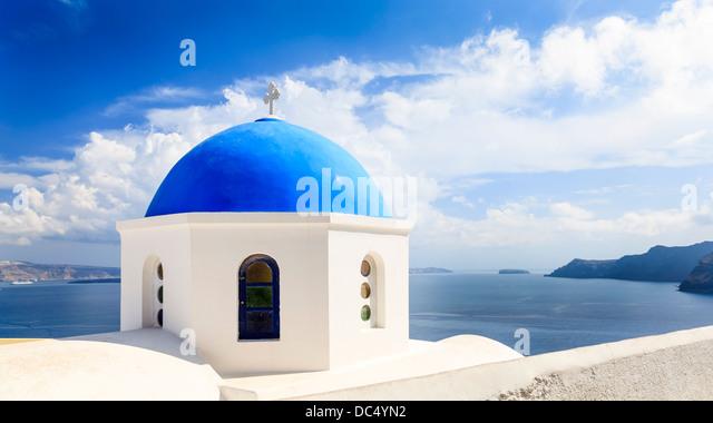 Schöne blaue Kuppelkirche mit Blick auf das Ägäische Meer in Oia Santorini Griechenland Europa Stockbild