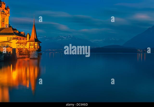 Das Schloss Oberhofen am Thunersee, Schweiz blicken. - Stock-Bilder