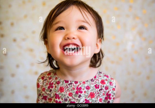 16 Monate alte lächelndes Babymädchen Stockbild