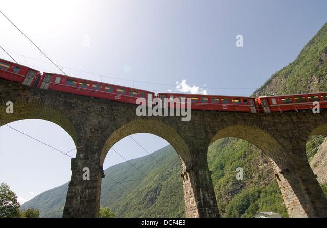 Roter Zug der Bernina-Bahn Auf Dem Viadukt von Brusio; roter Zug der Berninabahn auf dem Brusio Viadukt Stockbild