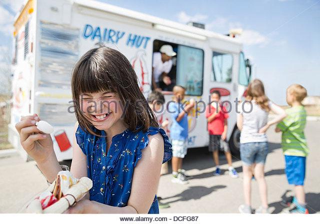 Mädchen lacht während des Essens Bananensplit Stockbild