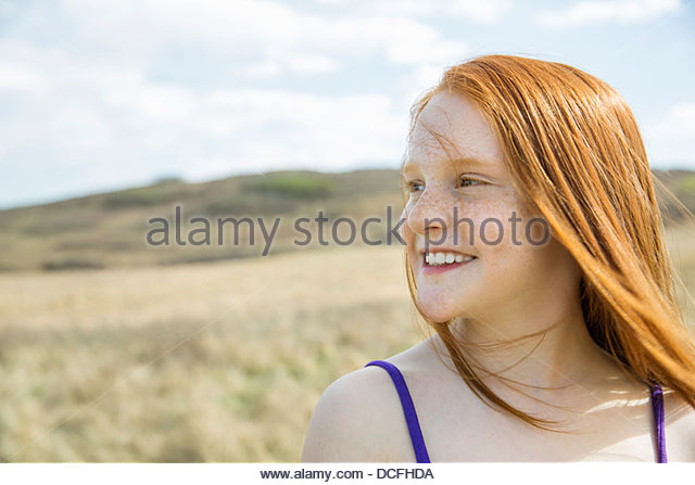Porträt von lächelnden Mädchen im freien Stockbild