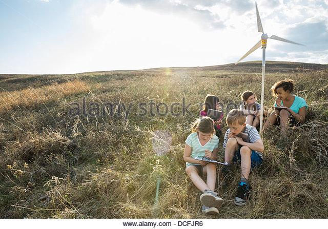 Schülerinnen und Schüler diskutieren Hinweise auf Wind-Turbine-Modell Stockbild