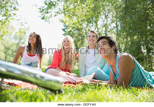 Teenager hanging out in einem park Stockbild