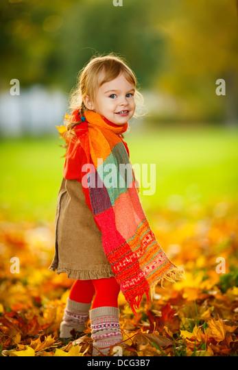Kleines Mädchen im park Stockbild