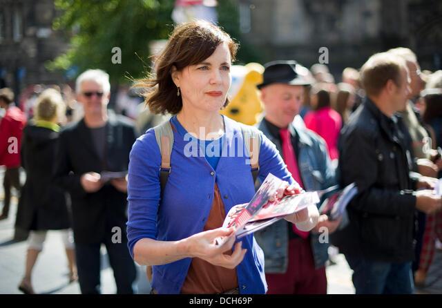 Edinburgh, UK. 18. August 2013. Schauspielerin Elizabeth McGovern, die Sterne in Downton Abbey verteilt Flyer auf Stockbild