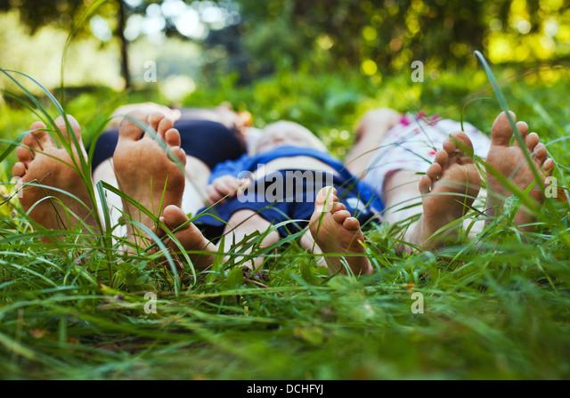 Familie entspannend auf dem Rasen Stockbild