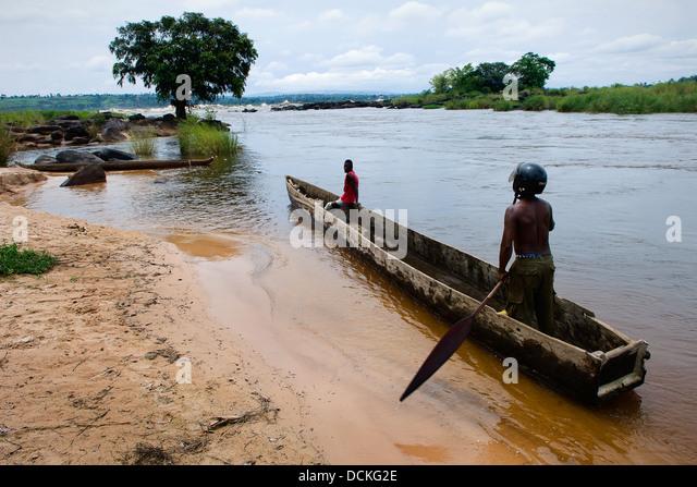Männer in einem Holzboot am Fluss Kongo Stockbild