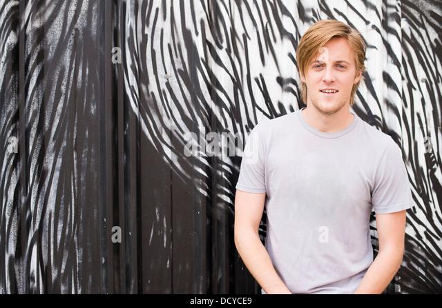 Mann stand vor Wandmalerei Stockbild