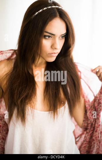 Junge Frau ausziehen Stockbild