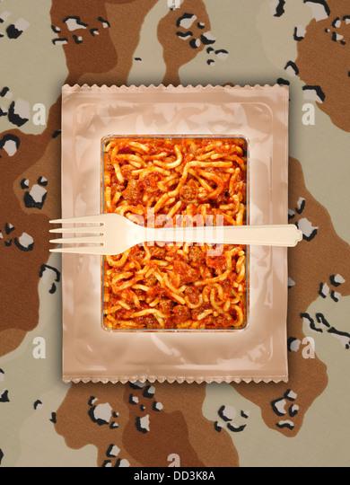 Militärische Essensrationen oder MRE Mahlzeiten bereit zu Essen auf einem getarnten Hintergrund. Pakete zu Stockbild