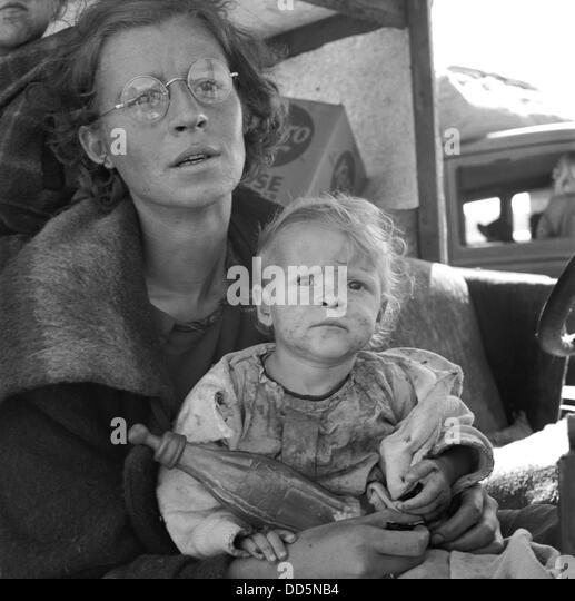 Mutter und Baby Migrantenfamilie, Tulelake, Kalifornien, September 1939. Foto von Dorothea Lange. (BSLOC_2013_7 Stockbild