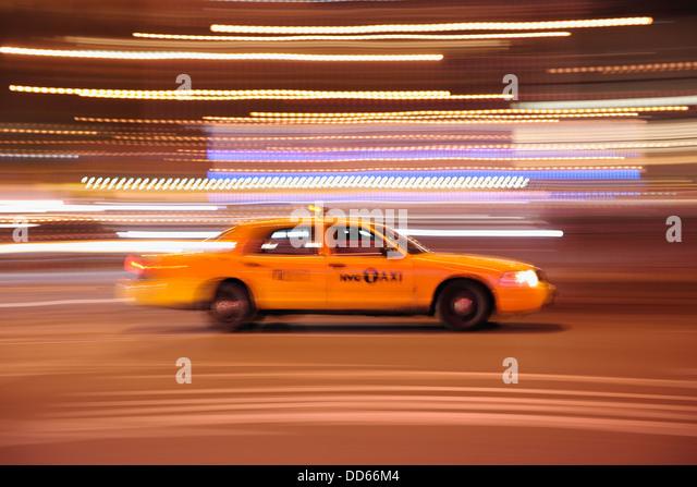 USA, New York State, New York City, verschwommene Bewegung von yellow cab Stockbild