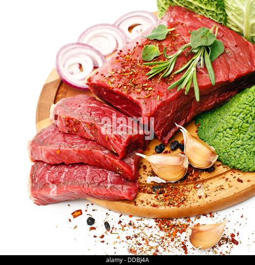 Rohes Fleisch mit Gewürzen auf weißem Hintergrund Stockbild
