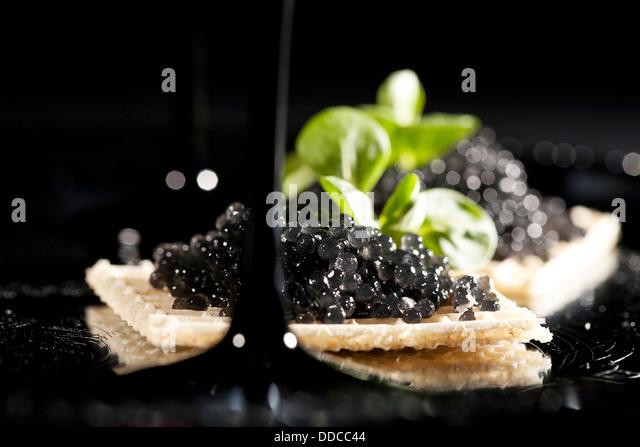 Sandwiches mit schwarzem Kaviar auf schwarzem Hintergrund Stockbild