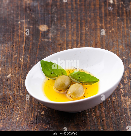 Oliven und Olivenöl in Schüssel Stockbild