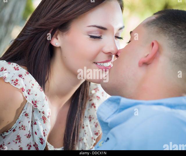 Happy Mixed Race romantisches Paar küssen im Park. Stockbild