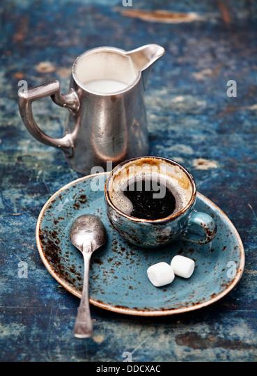 Kaffeetasse auf blauem Hintergrund Stockbild
