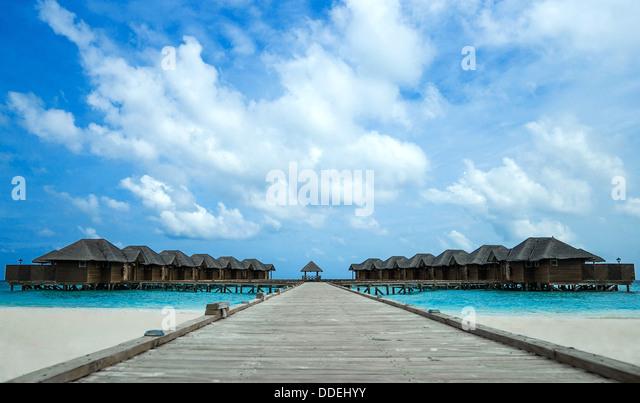 Insel im Ozean mit Häusern Stockbild