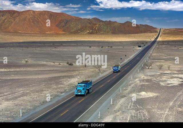 Panamericana, längste Straße der Welt, erstreckt sich durch die South American Wüste in die Ferne. Stockbild