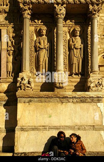 Detail von der rechten Seite des Westportal, Kirche von St. Trophime (12. Jahrhundert), Arles, Way of St. James, Stockbild