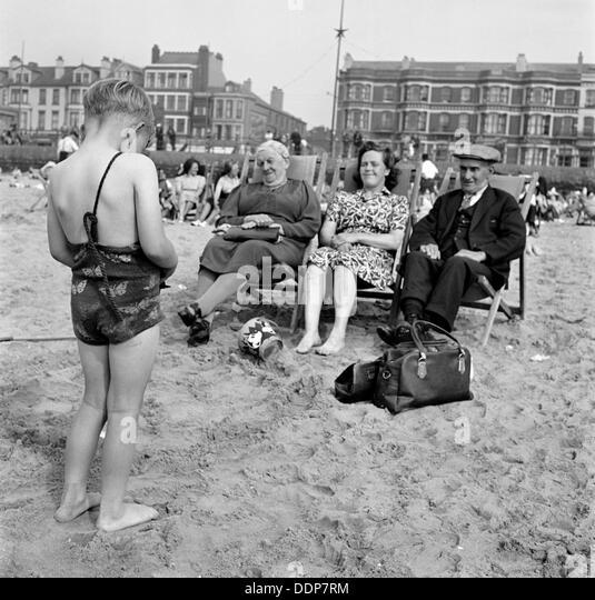 Ein Kind Fotografien seiner Mutter und Großeltern auf den Strand, Blackpool, c1946-c1955. Künstler: John Stockbild