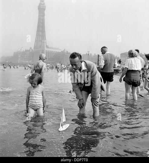 Vater und Tochter Segeln Modellyacht im Meer, Blackpool, c1946-1955. Künstler: John Gay Stockbild