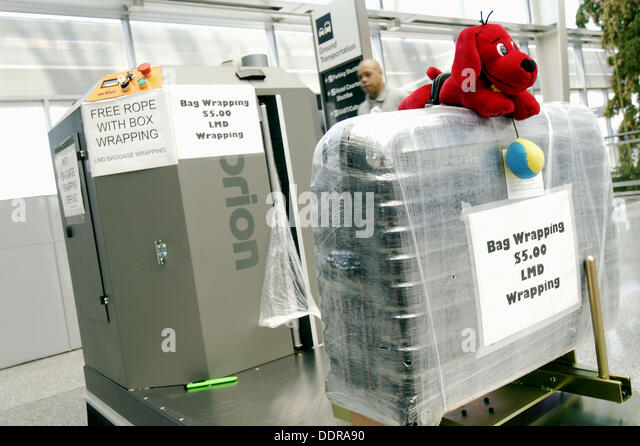 plastic wrapping machine stockfotos plastic wrapping. Black Bedroom Furniture Sets. Home Design Ideas