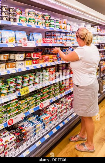 Eine Frau in ihr 30 shopping in einem Supermarkt in Großbritannien Stockbild