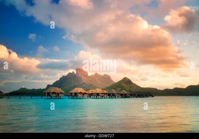 Die Bungalows über Wasser und Mt. Otemanu. Bora Bora. Französisch-Polynesien Stockbild