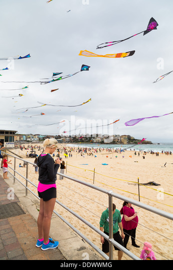 Drachen fliegen auf dem Bondi-Festival der Winde 2013, Sydney Australia Stockbild