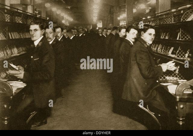 Mitarbeiter sortieren Briefe bei der Post Office, Mount Pleasant, London, 20. Jahrhundert. Künstler: unbekannt Stockbild