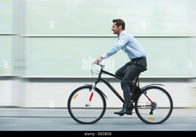 Geschäftsmann Reiten Fahrrad Stockbild