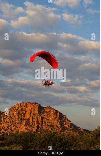 Sport Paragliding Gleitschirm Xcitor 2009 motorbetriebenen Gleitschirm, die Erongo Namibia Südafrika Halterungen Stockbild