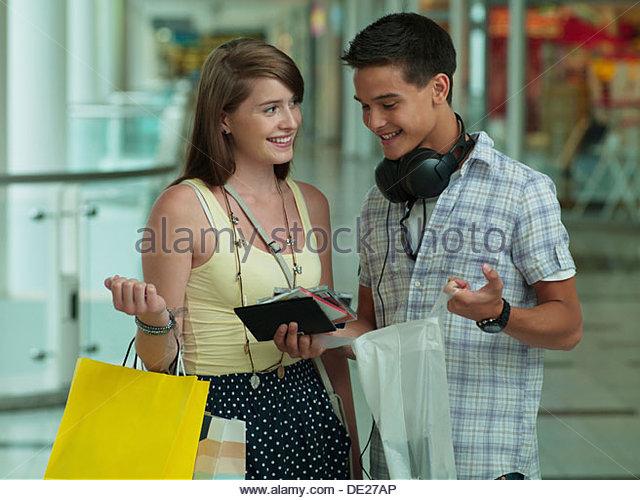 Teenager-paar Blick auf cd-Rom-Hüllen in der mall Stockbild