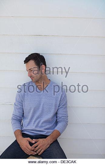Mann auf der Suche nach unten Stockbild