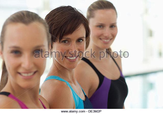Porträt von lächelnden Frauen in einer Reihe Stockbild